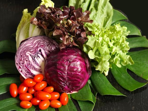 Świeże warzywa ekologiczne, takie jak kapusta czerwona kapusta pekińska biała czerwona i zielona sałata pomidor