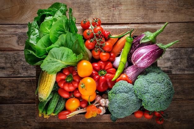 Świeże warzywa ekologiczne w drewnianym pudełku
