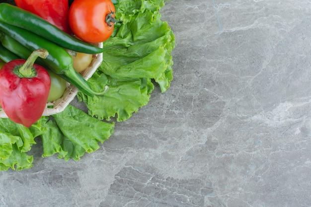 Świeże warzywa ekologiczne w koszyku. widok z góry.
