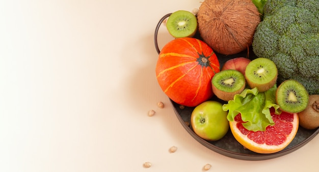 Świeże warzywa i owoce na metalowej tacy. koncepcja zdrowego odżywiania