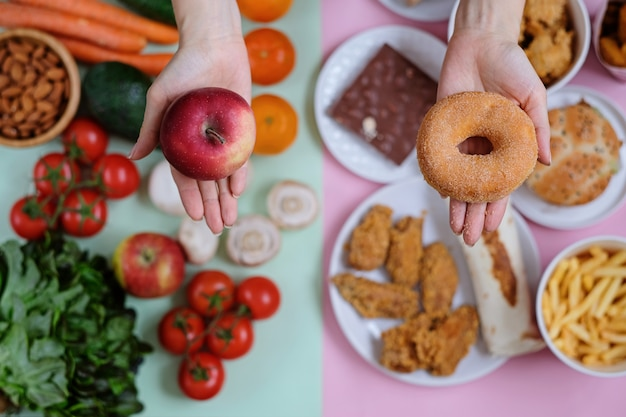 Świeże warzywa i owoce przed fast foodami