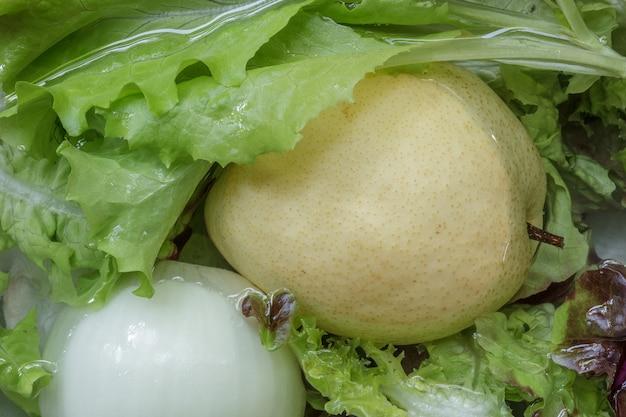 Świeże warzywa i owoce przygotowanie do sałatek