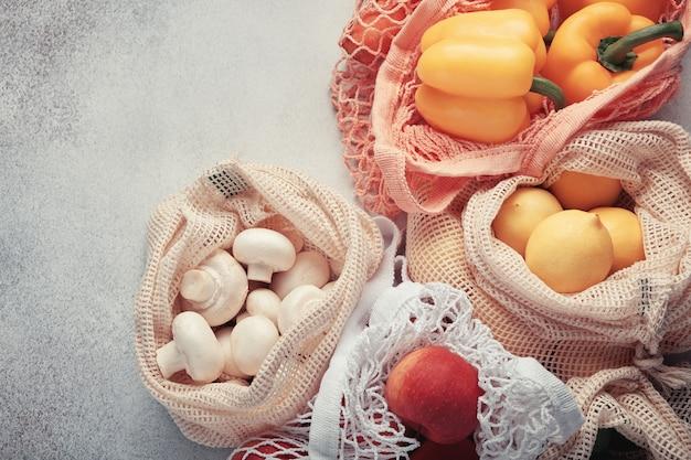 Świeże warzywa i owoce w eko torebkach. zakupy bez odpadów