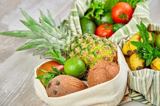 Świeże warzywa i owoce w ekologicznych bawełnianych torbach na stole w kuchni