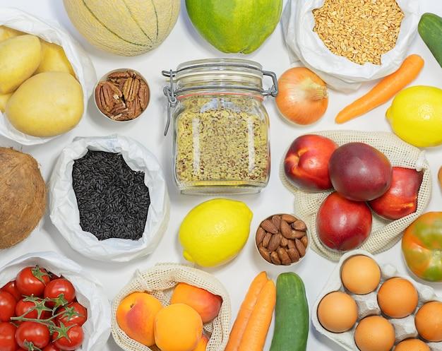 Świeże warzywa i owoce w ekologicznych torebkach foto stock