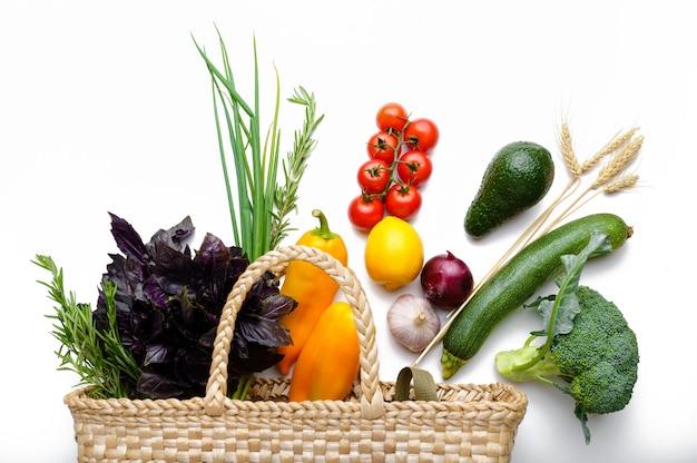 Świeże warzywa i owoce w opakowaniu papierowym, odizolowane. organiczne jedzenie wegetariańskie, produkty spożywcze, koncepcja zdrowego stylu życia