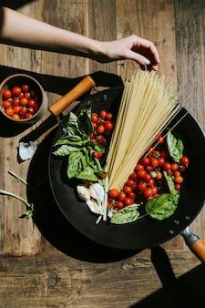 Świeże warzywa i składniki organiczne przygotowane na patelni