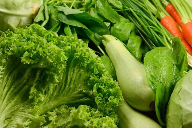 Świeże warzywa i zioła jako tło.