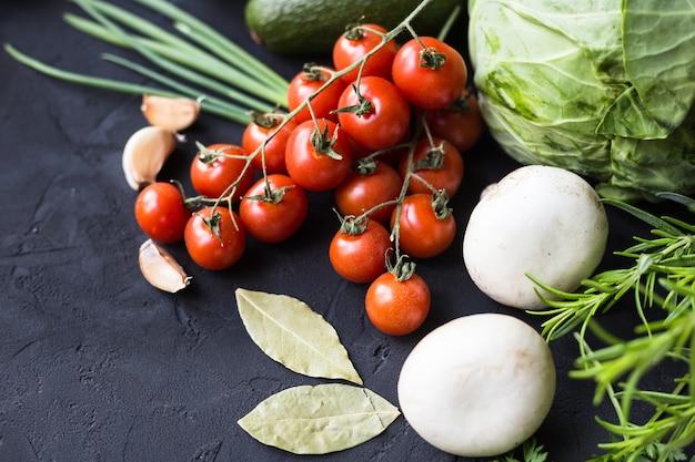 Świeże warzywa: kapusta, awokado, pomidor, rozmaryn, czosnek, grzyby, pory