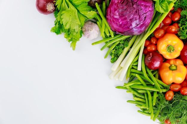Świeże warzywa kolorowe na białym tle. widok z góry.