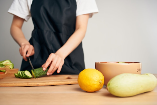 Świeże warzywa krojenie w gotowanie w kuchni