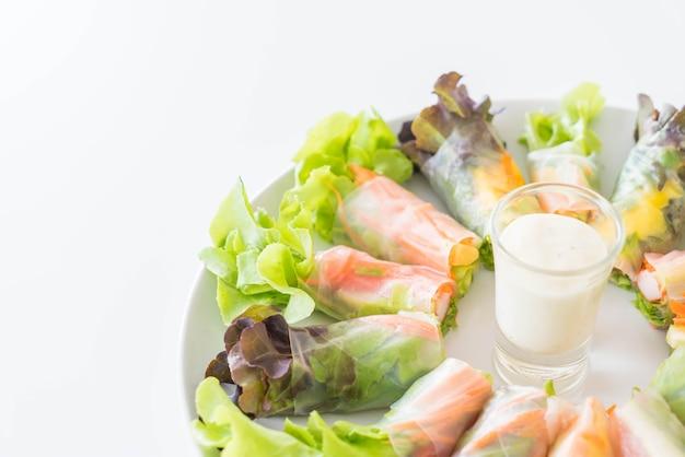 Świeże warzywa makaron wiosną, jedzenie diety, czyste jedzenie, sałatka