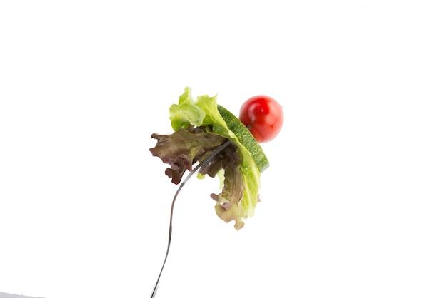 Świeże warzywa mieszane na rozwidleniu samodzielnie na białym tle.