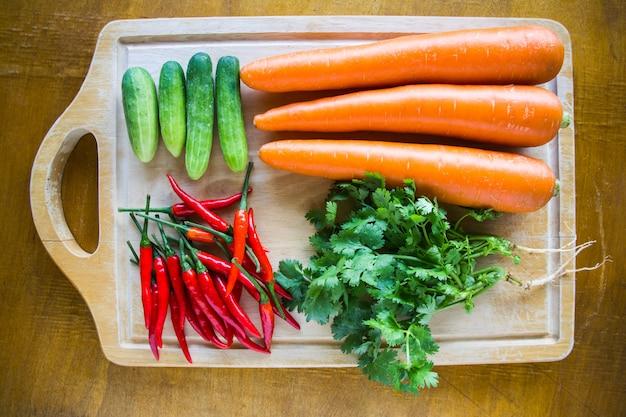 Świeże warzywa na deskę do krojenia drewna