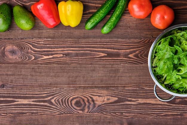 Świeże warzywa na drewnianym stole, widok z góry, miejsce na tekst