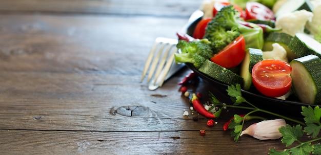 Świeże warzywa na drewnianym stole z bliska