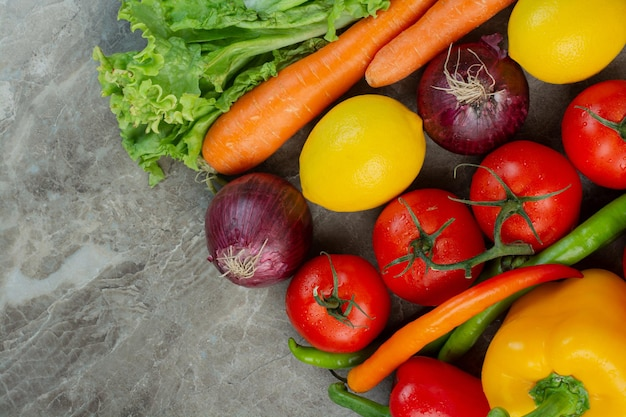Świeże warzywa na marmurowym tle. zdjęcie wysokiej jakości