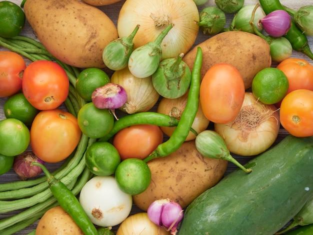 Świeże warzywa na starym drewnianym stole