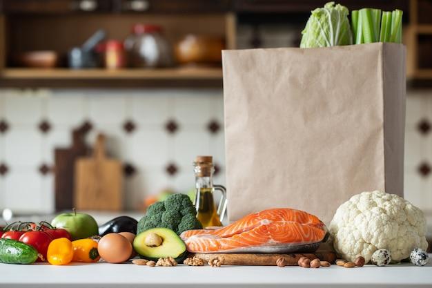 Świeże warzywa, owoce, orzechy i stek z łososia.