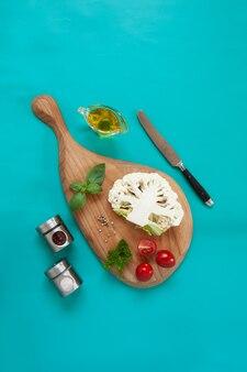 Świeże warzywa - składniki do przygotowania steku z kalafiora. jedzenie wegetariańskie, ruch na bazie roślin