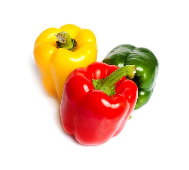 Świeże warzywa. słodka papryka czerwona, żółta i zielona na białym tle.