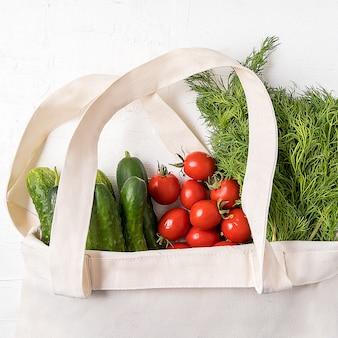 Świeże warzywa w ekologicznej tekstylnej torbie na zakupy o zerowym zużyciu