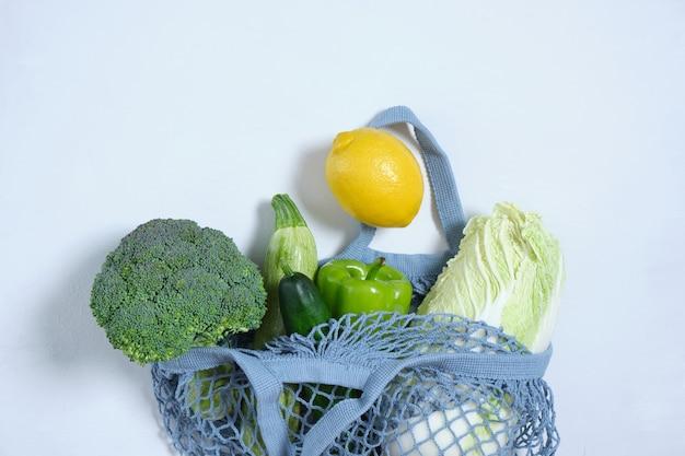 Świeże warzywa w ekologicznej torbie wielokrotnego użytku zakupy spożywcze z ekologiczną torbą