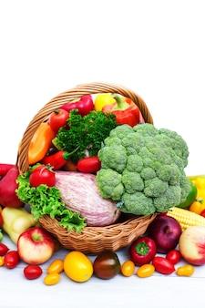 Świeże warzywa w koszu na białym tle.