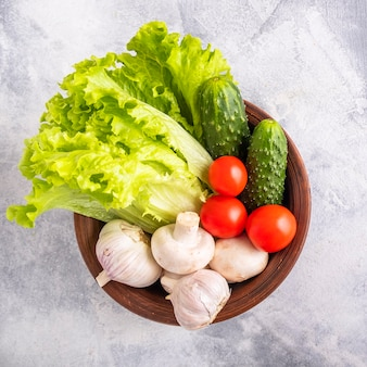 Świeże warzywa w misce. zbliżenie, widok z góry