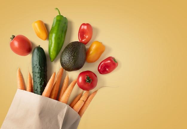 Świeże warzywa w papierowej torbie nadającej się do recyklingu z miejsca na kopię
