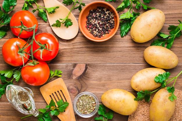 Świeże warzywa, warzywa i przyprawy na drewnie, miejsce na napis, widok z góry