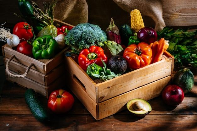 Świeże warzywa z gospodarstwa na drewnianym stole