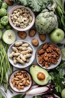 Świeże warzywa z mieszanymi orzechami płasko leżały zdrowa dieta
