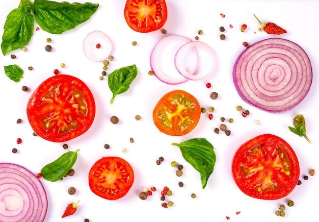 Świeże warzywa, zioła i przyprawy na białym tle
