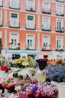 Świeże wiosenne kwiaty na ulicy