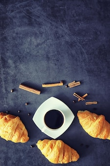 Świeże wypieki na stole. croissant o smaku francuskim na śniadanie.