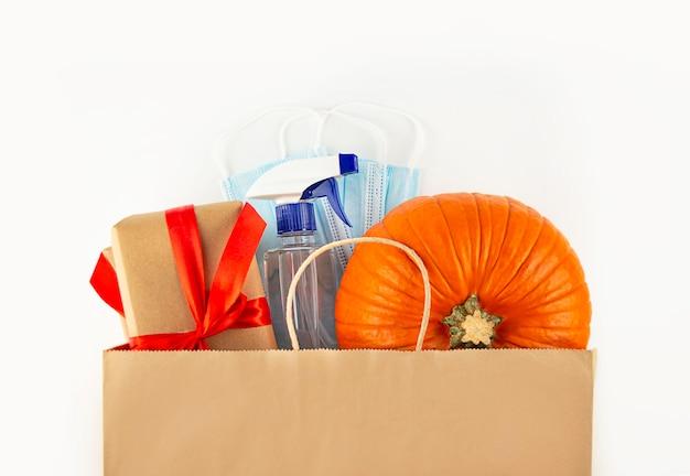 Świeże zbiory warzyw dynia dynia, pattypan squash na zakupy w ekologicznej siatkowej torbie na żółtym tle. koncepcja ekologicznego zbioru warzyw. widok z góry płaski leżał kopia przestrzeń szablon.