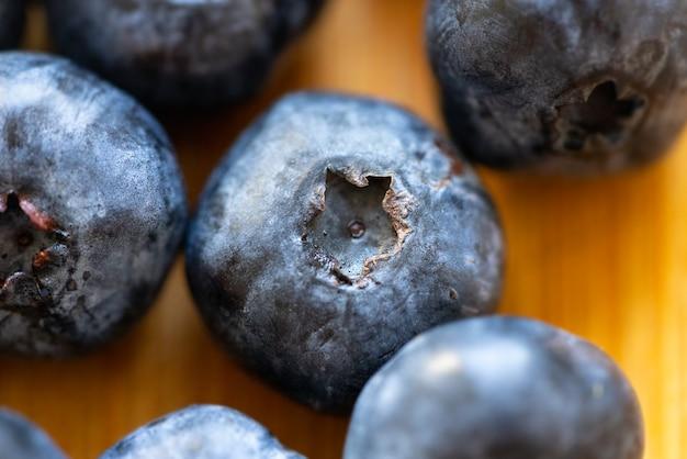 Świeże, zdrowe, dojrzałe jagody na kuchennym stole