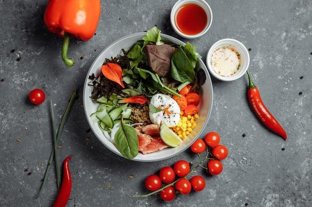 Świeże, zdrowe, lekkie śniadanie, lunch biznesowy