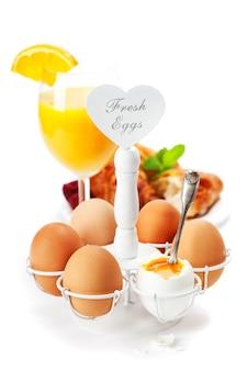 Świeże zdrowe śniadanie z jajkami