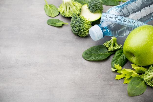 Świeże, zdrowe warzywa, woda. pojęcie zdrowia, sportu i diety.