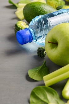 Świeże zdrowe zielone warzywa i woda mineralna