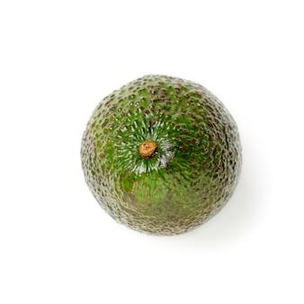 Świeże zielone awokado na białym tle