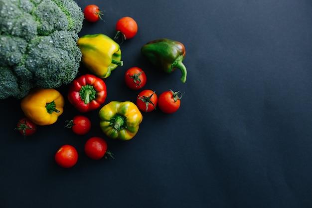Świeże zielone brokuły i inne warzywa