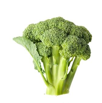 Świeże zielone brokuły na białym tle na białym stole.