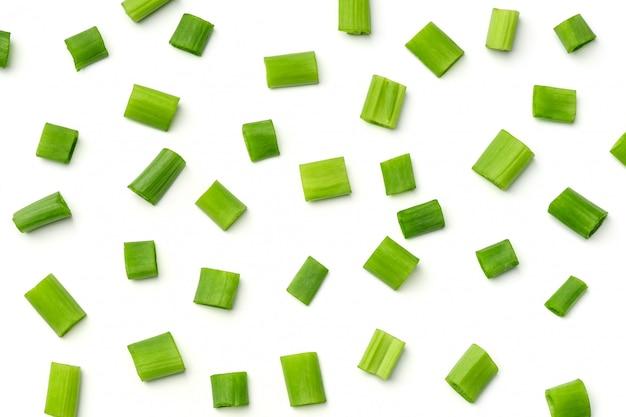 Świeże zielone cebule odizolowywać na białym tle