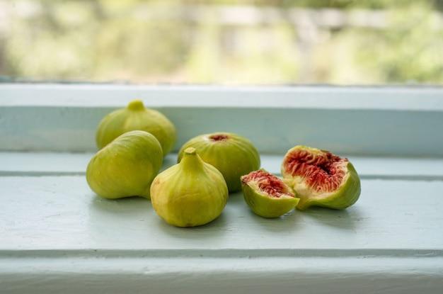 Świeże zielone figi na parapecie
