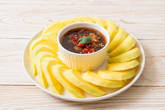 Świeże zielone i złociste mango ze słodkim sosem rybnym w stylu azjatyckim