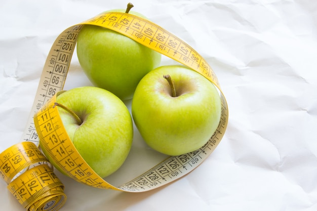 Świeże zielone jabłka owoce z miarką szczupła dieta i jedzenie dla zdrowej diety alkalicznej