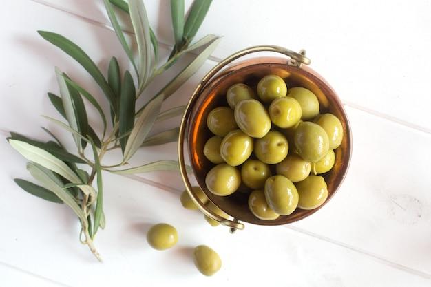 Świeże zielone oliwki